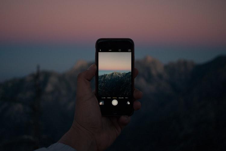 Personne prenant une photo avec son iPhone