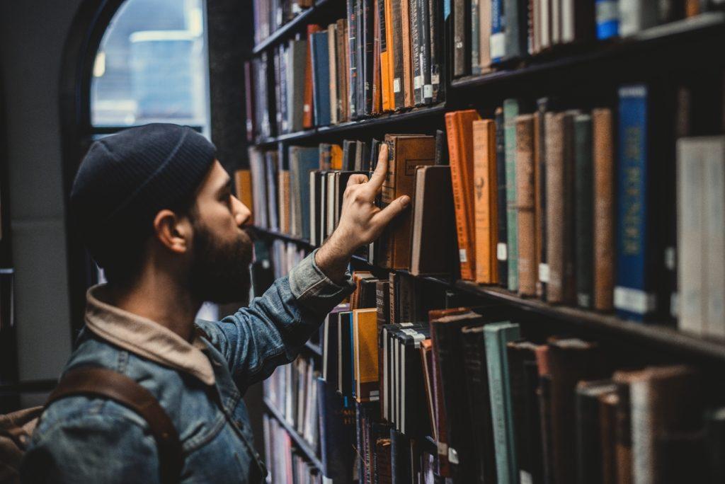 Homme livre bibliothèque