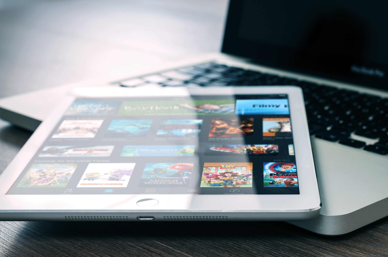 Tablette tactile affichant l'interface de Netflix