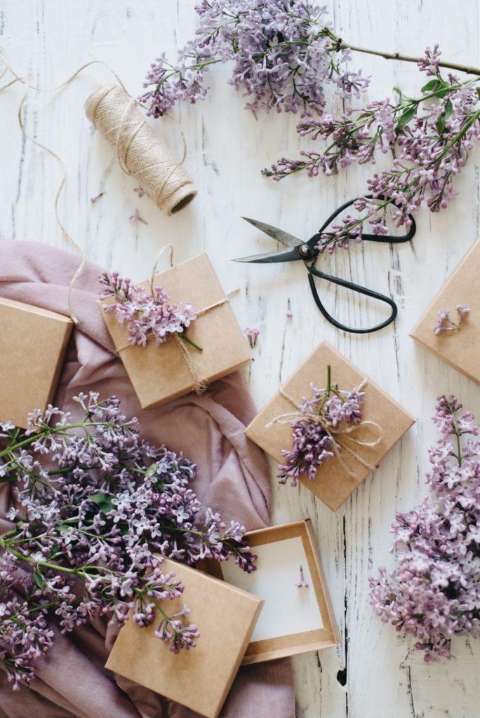Cadeaux emballés de papier kraft et ficelle